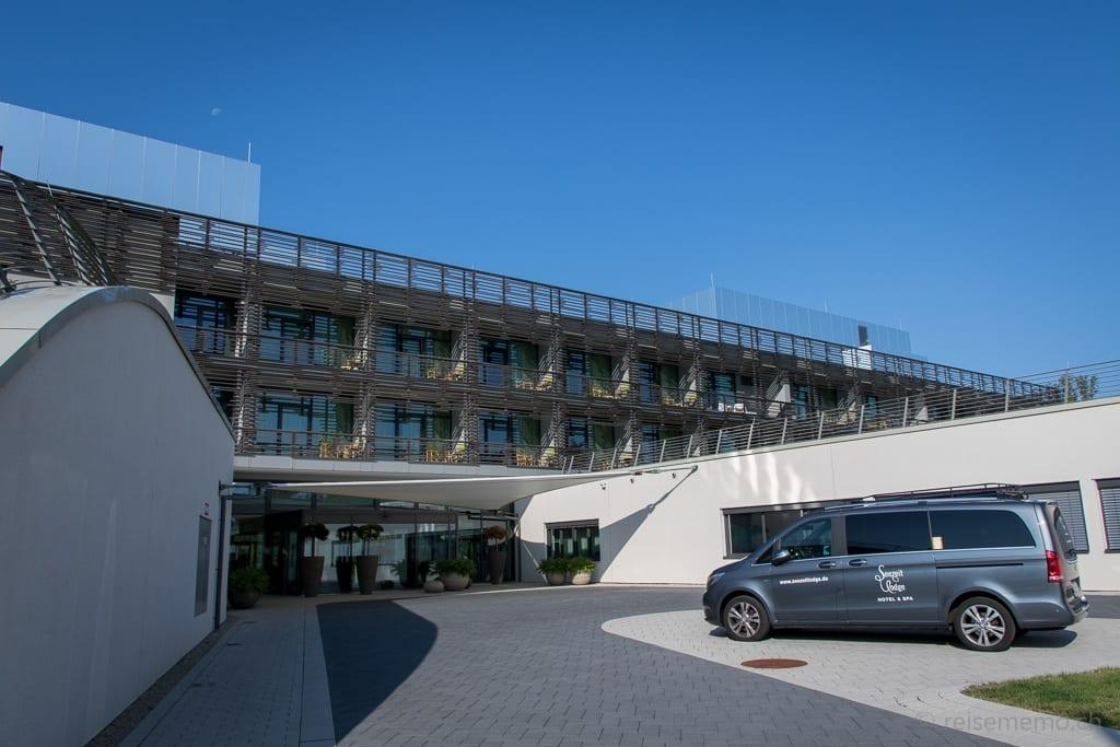 Hoteleingang mit Hotelvan der Seezeitlodge am Bostalsee
