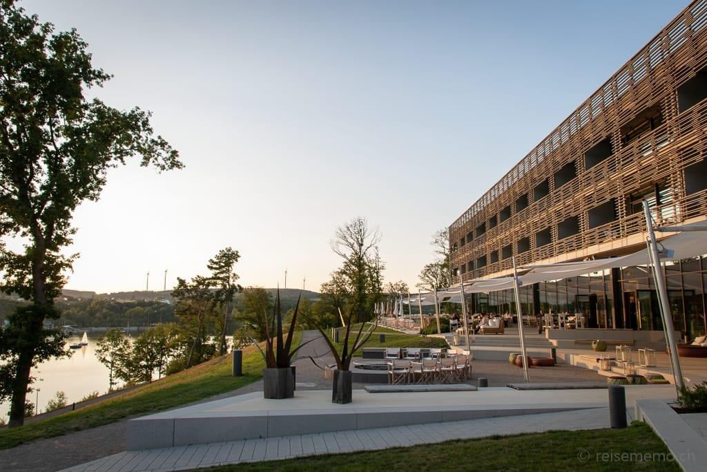 Hotelterrasse der Seezeitlodge am Bostalsee