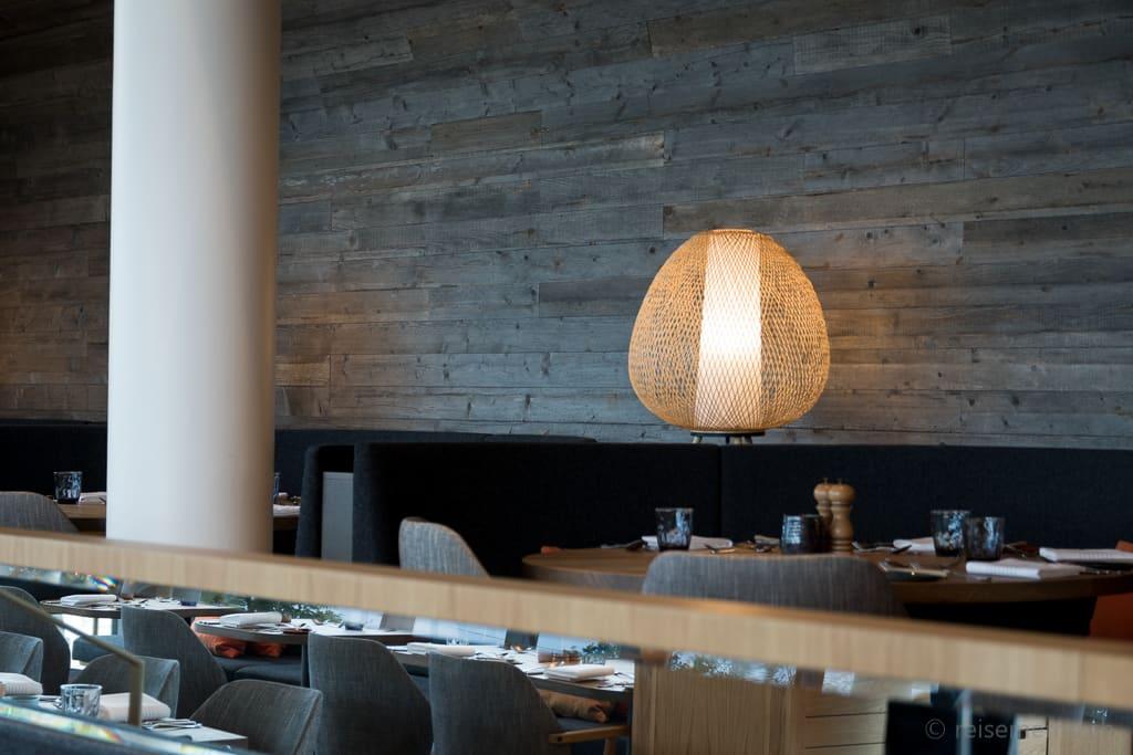 Leuchte im Restaurant Lumi in der Seezeitlodge am Bostalsee