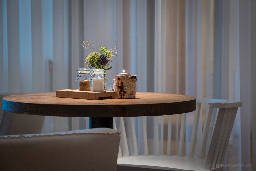 Tisch im Spa-Café in der Seezeitlodge am Bostalsee