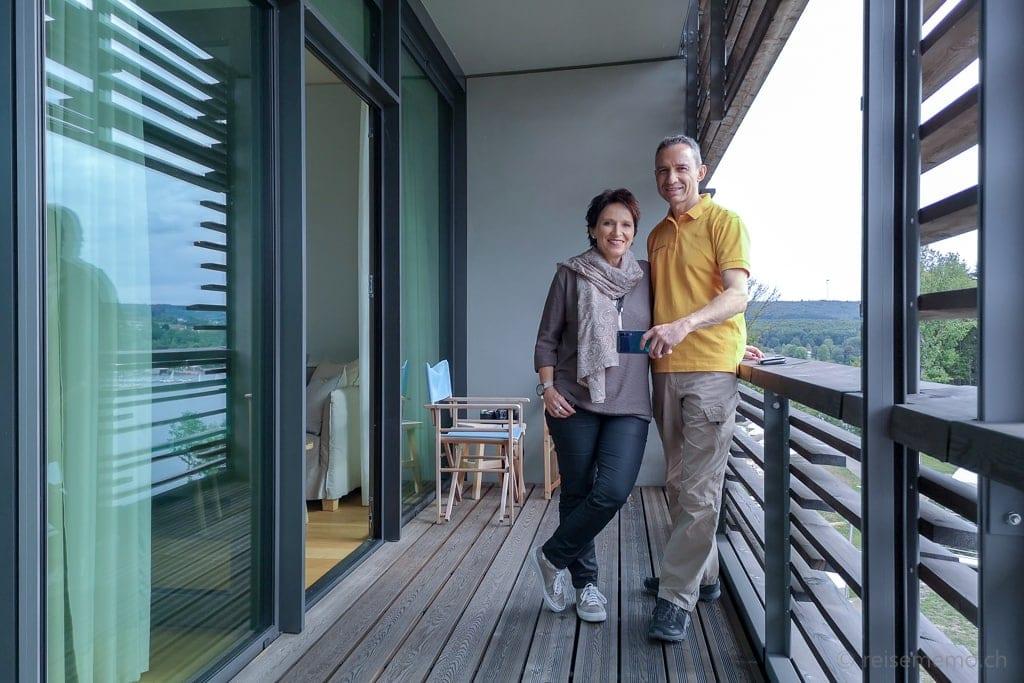 Katja und Walter Schärer auf dem Balkon des Seezimmers