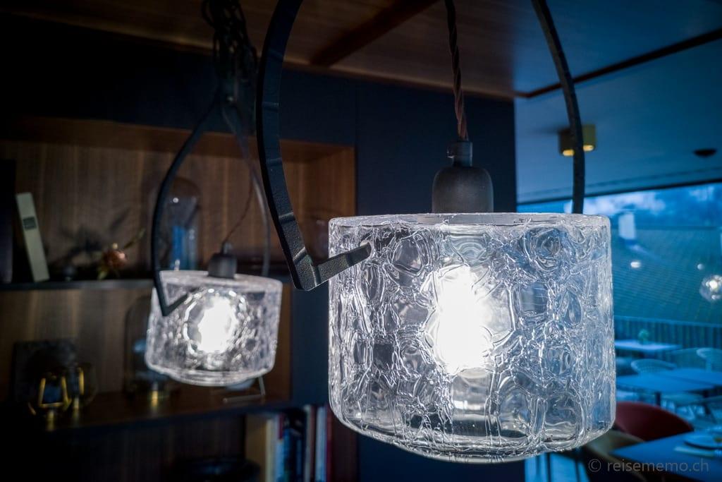 Leuchten in Form von Eiszangen und Eisblöcken in der Glacier Hotellobby