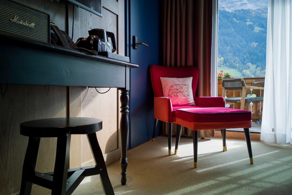 Komfortabler Fauteuil mit Aussicht aus dem Glacier Eigersicht Zimmer