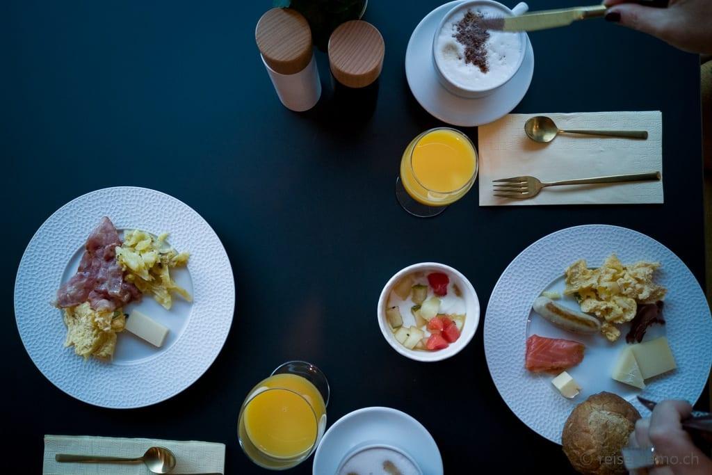Gedeckter Frühstückstisch im Restaurant Glacier