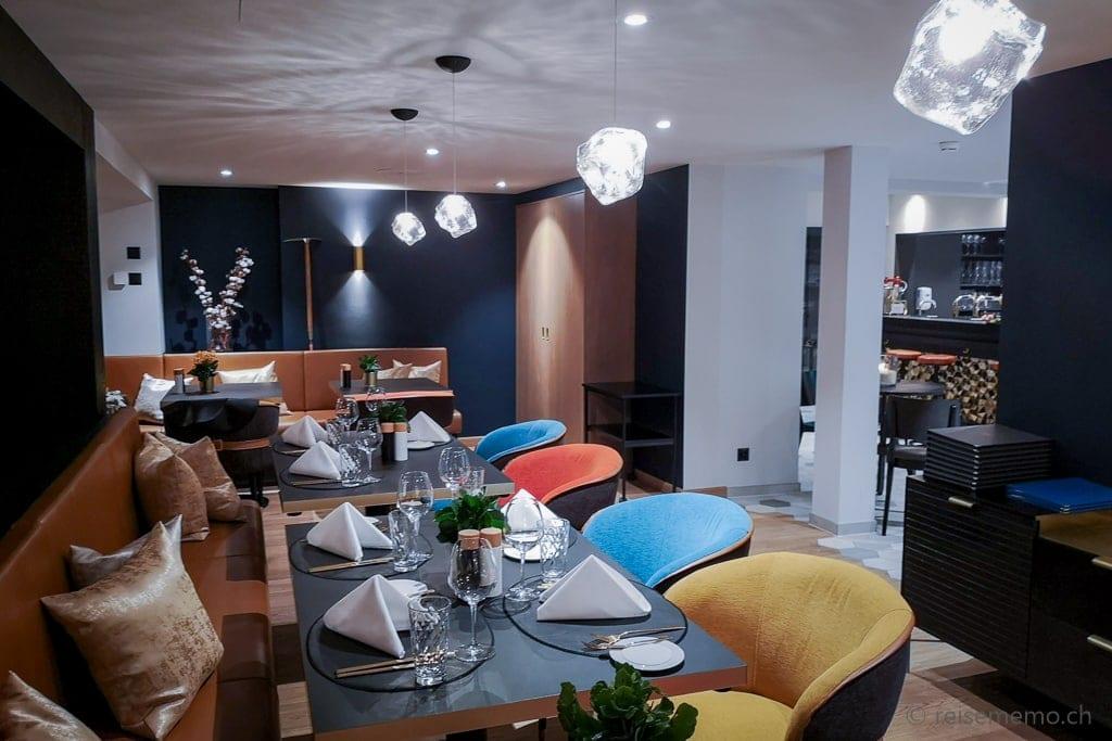 """Restaurant mit """"Eisleuchten"""" an der Decke"""