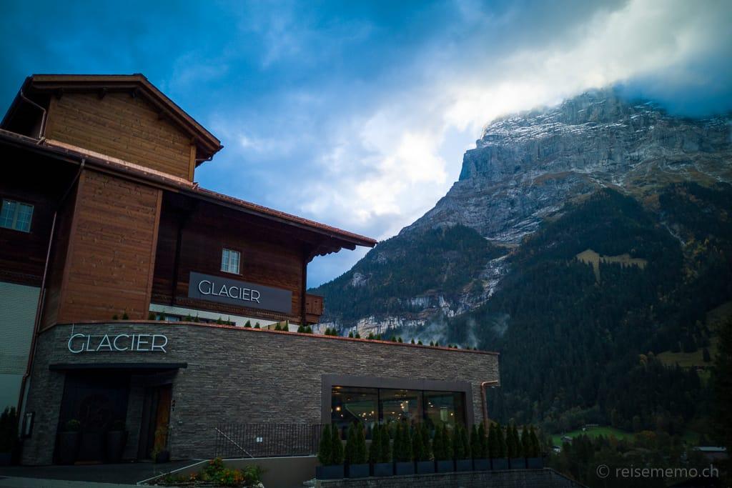 Fassade des Boutique-Hotels Glacier mit Sicht auf die Eiger-Nordwand