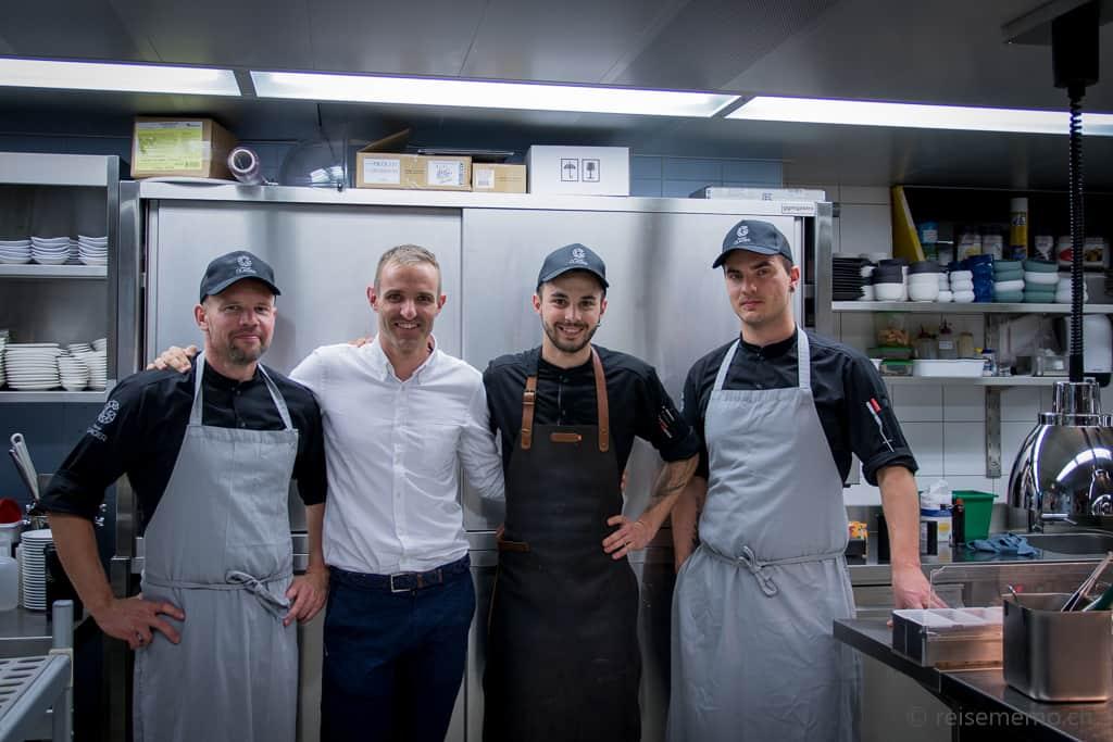 Hoteldirektor Jan Pyott mit Küchenchef Jonas Messer und ihrer Brigade im Restaurant Glacier Grindelwald