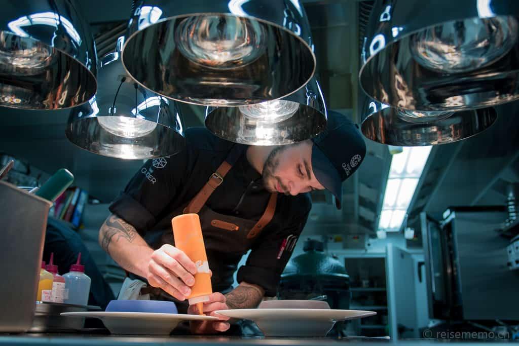 Küchenchef Jonas Messer bei der Zubereitung von Suppen