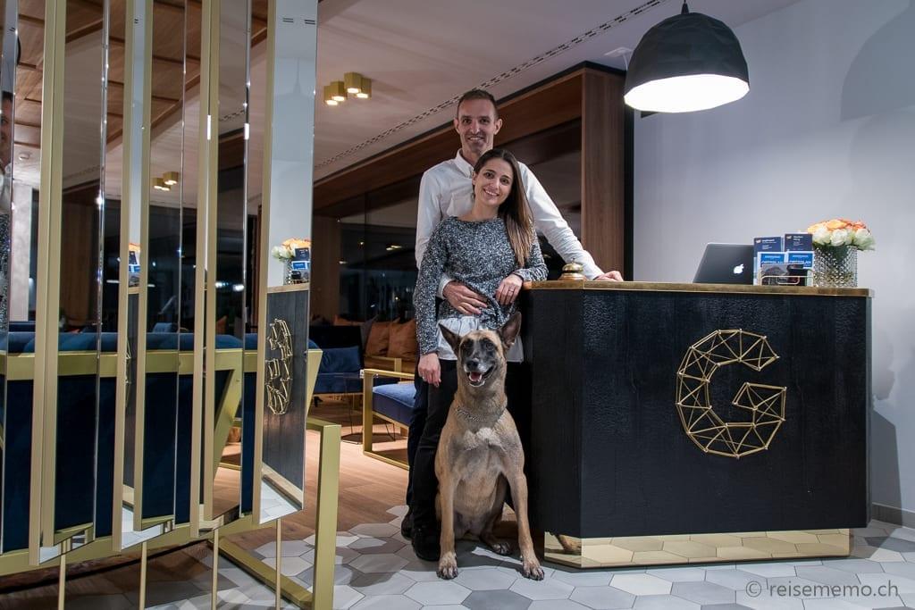 Justine und Jan Pyott mit Hündin Zeela an der neuen Hotelreception