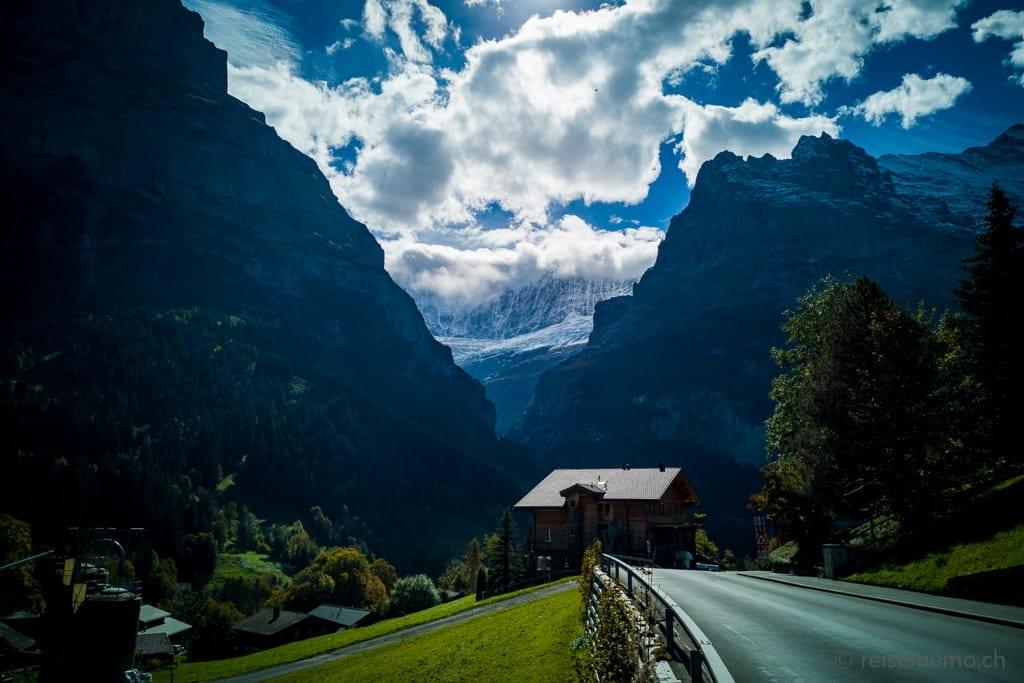 Ortseinfahrt Grindelwald mit Grindelwaldgletscher