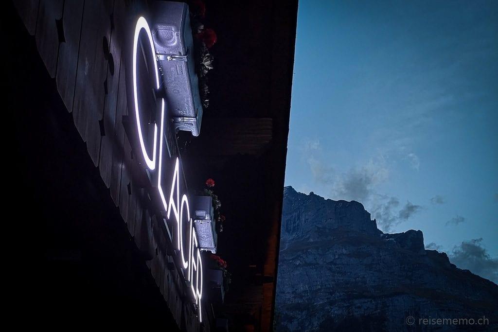 Glacier-Schriftzug morgens zur blauen Stunde