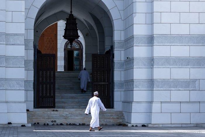 Gläubige und ihre Schuhe vor der Mohammed Al Ameen Moschee