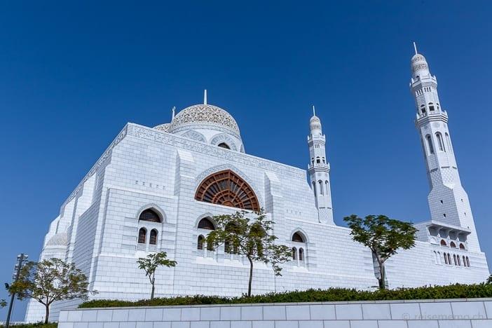 Übereck-Perspektive der Mohammed Al Ameen Moschee mit Kuppeln und Minaretten