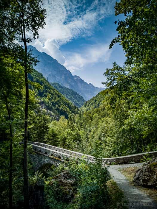 Alte Löntschtobelbrücke als malerische Steinbogenbrücke