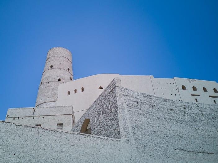 Turm und Mauer des Bahla Forts