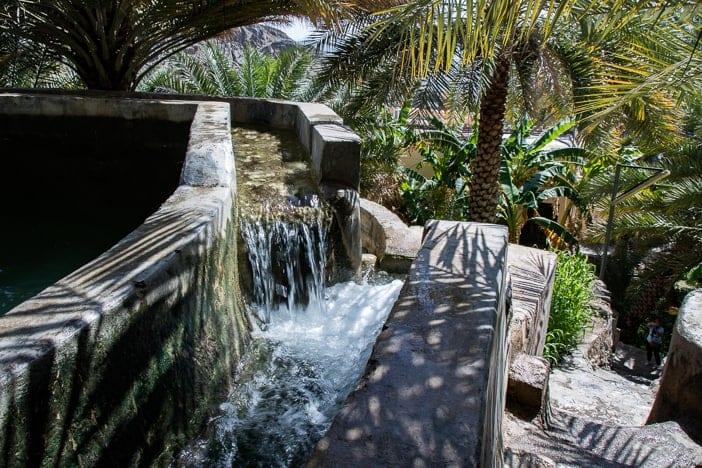 Bewässerungskanal am steilen Hang von Misfat al Abriyyin
