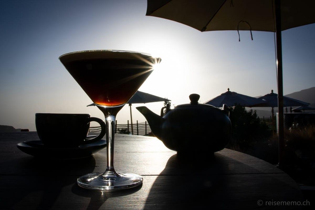 Espresso Martini und Tee zum Sonnenuntergang im Alila Jabal Akhdar
