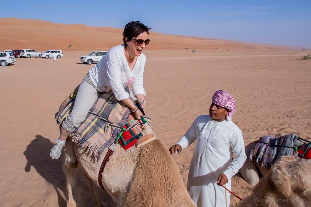 Katja im beim Aufstehen des Kamels im Desert Nights Camp