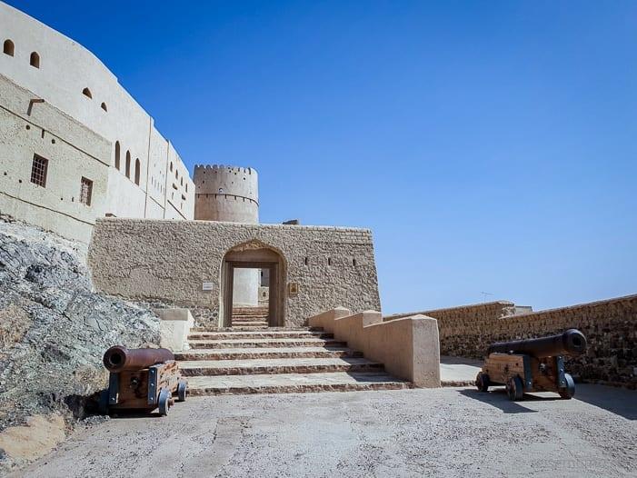Eingang zum Bahla Fort mit Kanonen