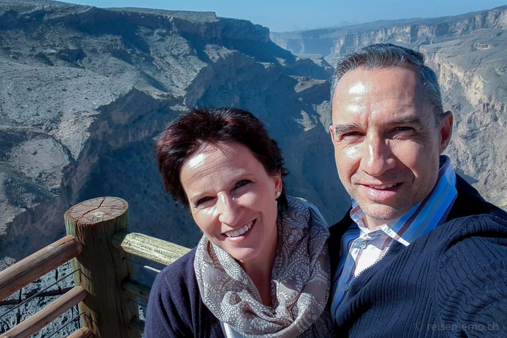 Katja und Walter vor einem Canyon im Alila Jabal Akhdar Hotel