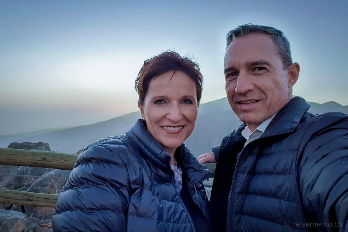 Katja und Walter abends mit Daunenjacken auf der Terrasse des Alila Jabal Akhdar