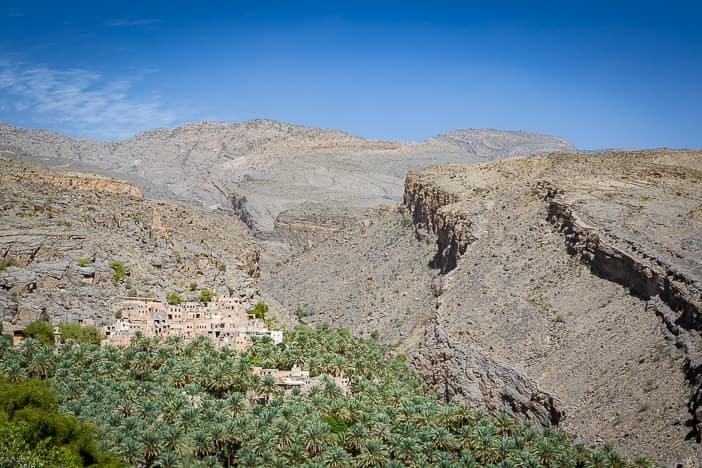 Oase Misfat al Abriyyin im schroffen Gebirge