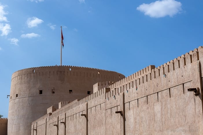 Turm und Zinnen des Nizwa Forts
