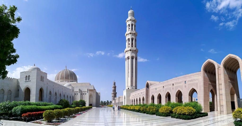 Hauptminarett und Riwaq (Bogengang) in Muscat