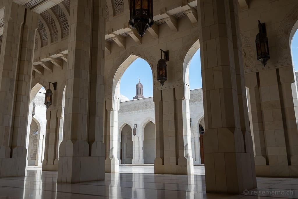 Kolonaden des Innenhofs der Sultan Qaboos Moschee