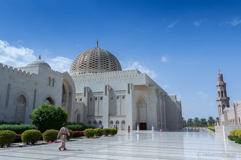 Wächter in der Sultan Qaboos Moschee Muscat
