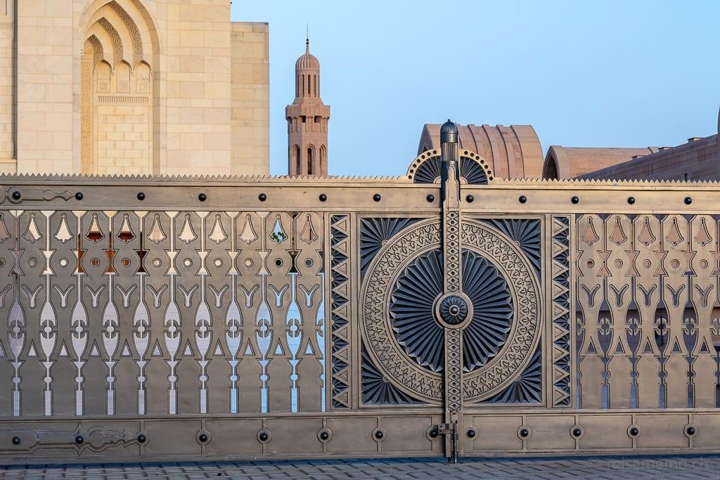 Verziertes Eingangstor zur Sultan Qaboos Moschee Muscat
