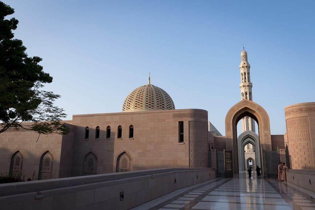 Zugangsbrücke und Wächter vor dem Eingang zur Sultan Qaboos Moschee Muscat