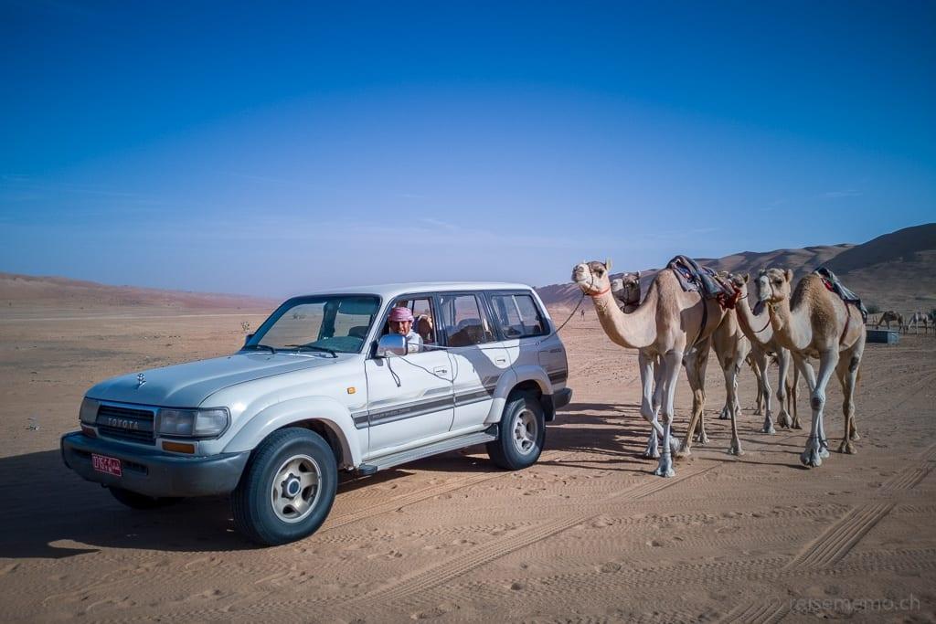 Tour Guide mit arabischen Kamelen im Desert Nights Camp im Oman