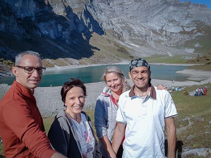 Wandergruppe am Oberblegisee bei Braunwald