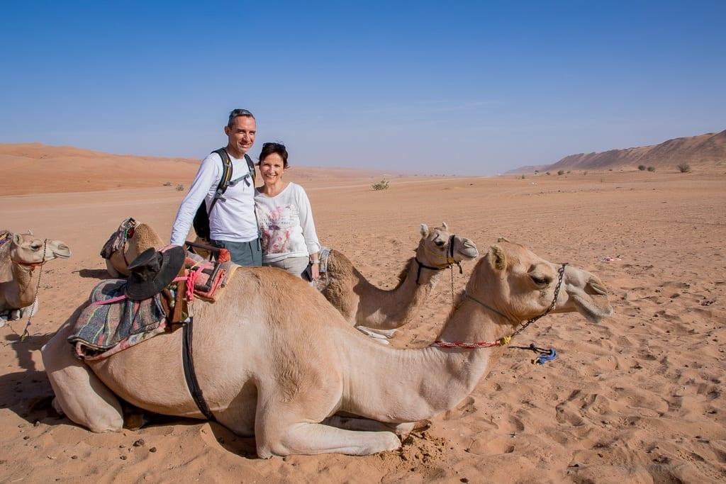 Walter Schärer und Katja beim Kamelreiten im Desert Nights Camp