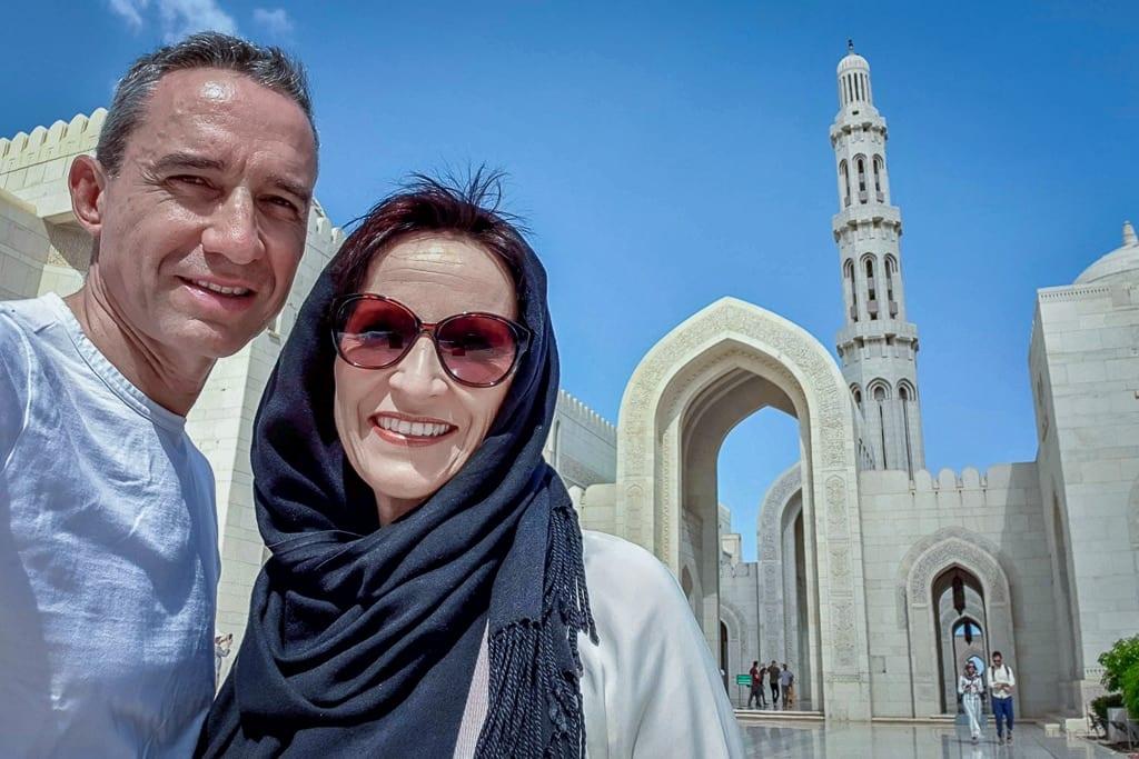 Walter Schärer und Katja im Vorhof der Sultan Qaboos Moschee
