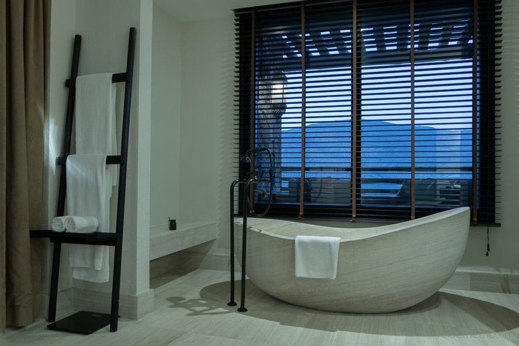 Offene Badewanne im Badezimmer des Alila Jabal Akhdar