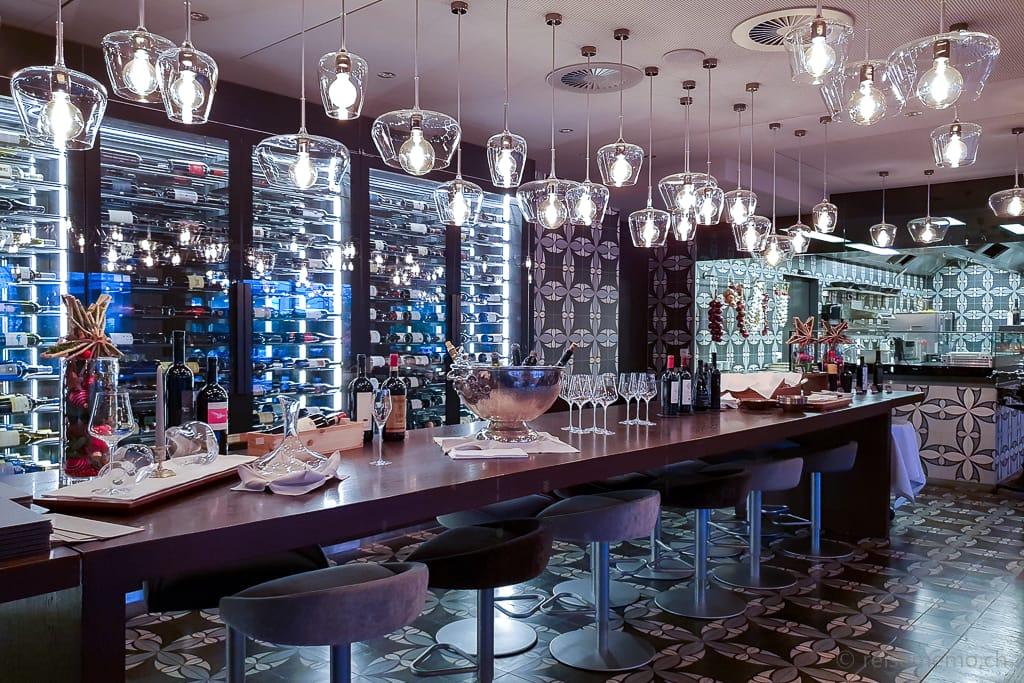 Weinschrank und offene Show-Küche im La Fontana Restaurant