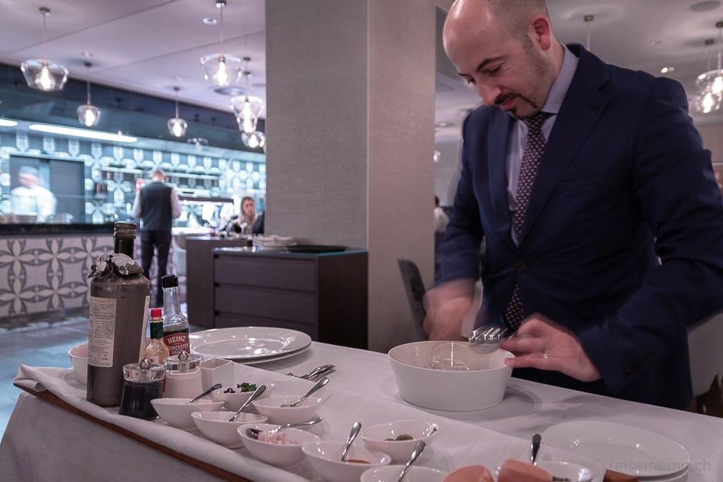 Restaurantleiter Raffaele D'Ezio bereitet Tatar zu im Restaurant La Fontana