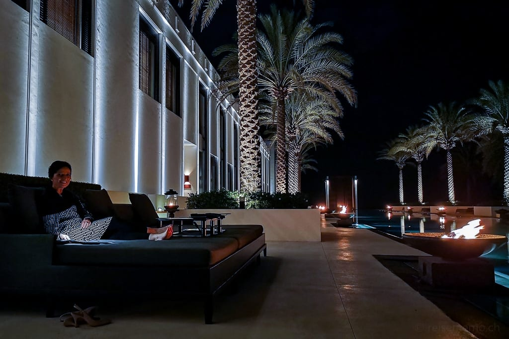 Katja beim Dinner am Long Pool des Chedi Muscat