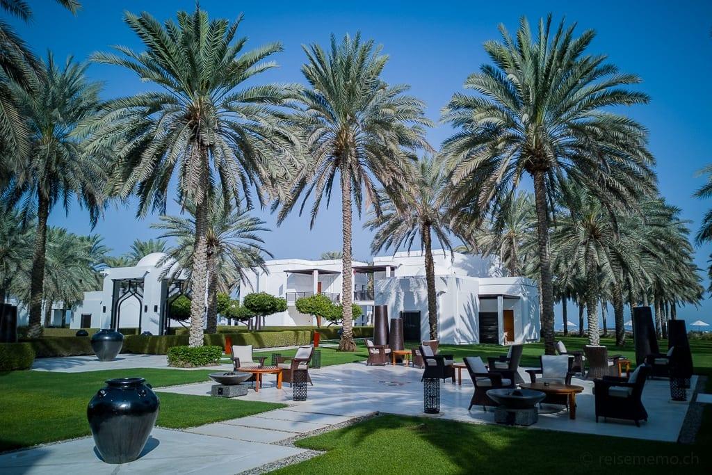 Lounge in der Gartenanlage des Chedi Muscat