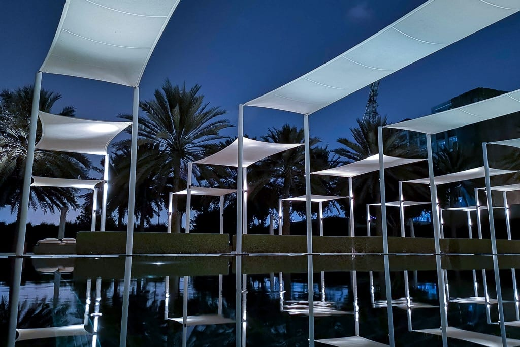 Sonnensegel über dem Serai Pool im Chedi Muscat