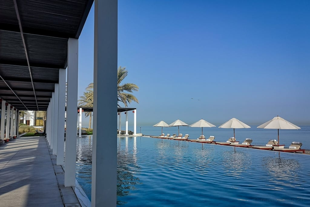 Sonnenschirme am Chedi Pool in Muscat