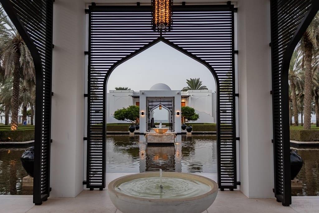 Gartenanlage mit Teich im Chedi Muscat Hotel