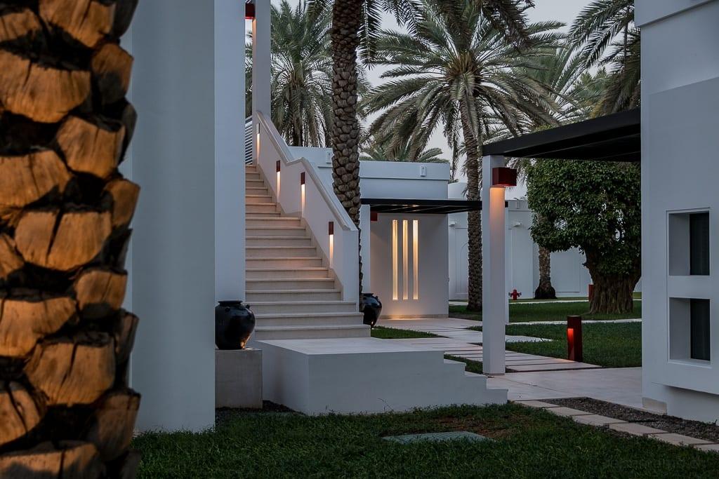 Gartenanlage und Zimmer im Chedi Muscat Hotel