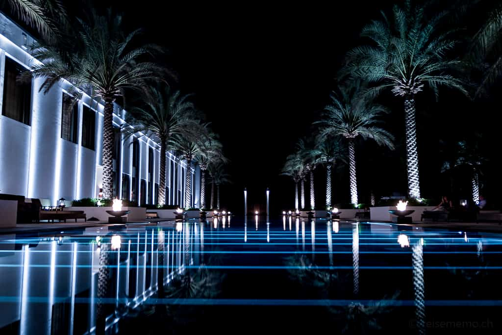 Chedi Muscat Long Pool in der Nacht