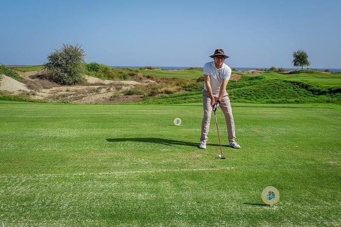 Walter Schärer schlägt im Al Mouj Golfplatz in Muscat ab