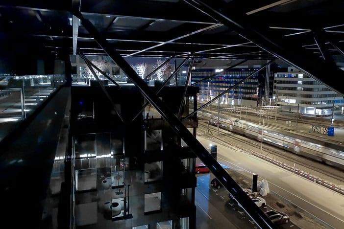 Vorbeifahrende S-Bahn im Bahnhof Altstetten vor dem Vulcano Hochhaus