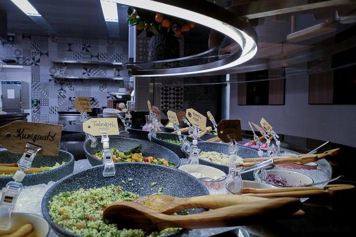 Buffet der offenen DELI-Küche im a-ja Resort Zürich