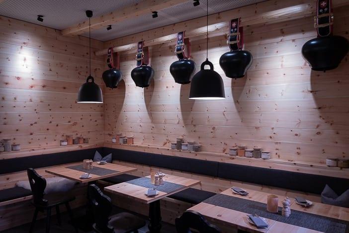 """Kuhglocken im """"Chalet"""" des DELI-Restaurants des a-ja City-Resorts in Zürich"""